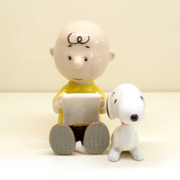 Charlie Brown e Snoopy con libro
