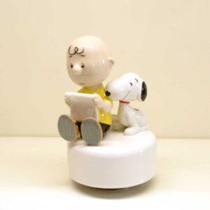 Charlie Brown e Snoopy con libro su carillion girevole