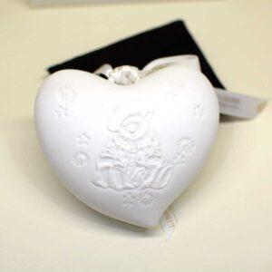Bomboniera Battesimo cuore in finissima porcellana bianca con decoro a rilievo e luce led interna
