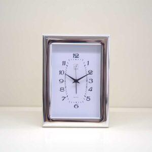 Orologio sveglia da tavolo in argento bilaminato e legno bianco.